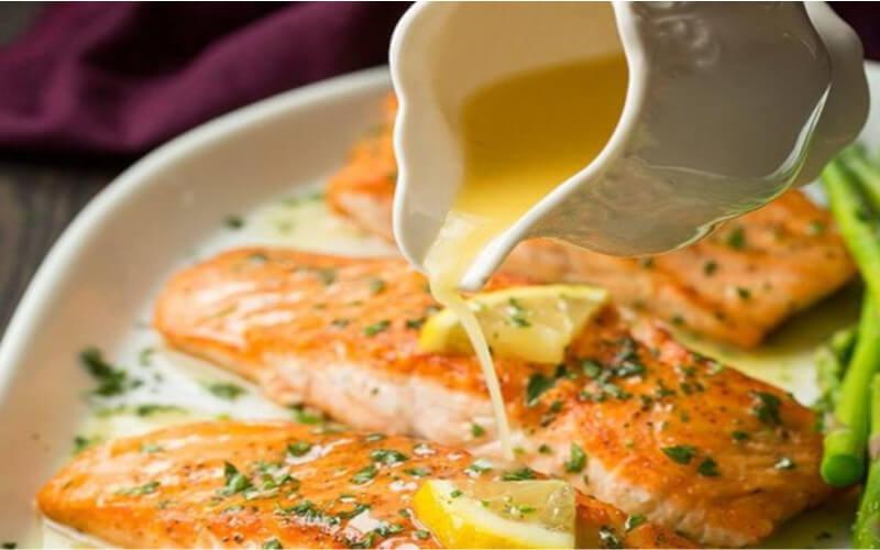 Saumon crémeux au beurre à l'ail et citron