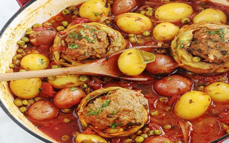Artichauts farcis à la viande hachée mijotés aux légumes