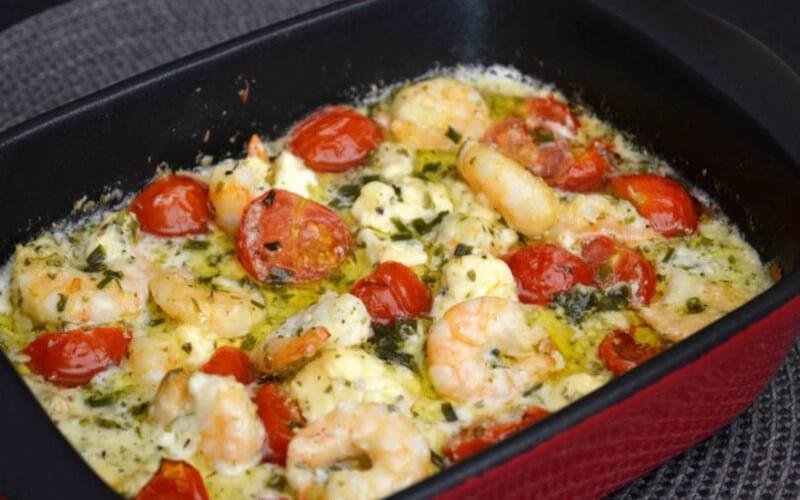 Scampis à l'ail, féta et tomates cerise au four