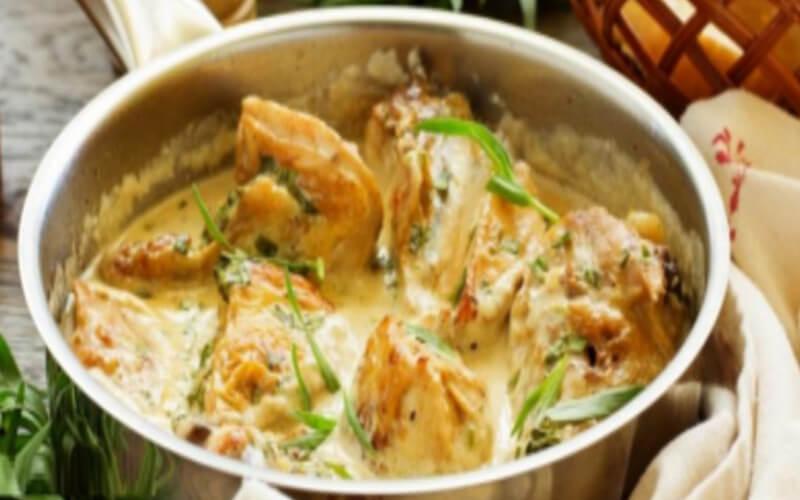 Poitrines de poulet poêlées sauce crémeuse à l'ail et miel