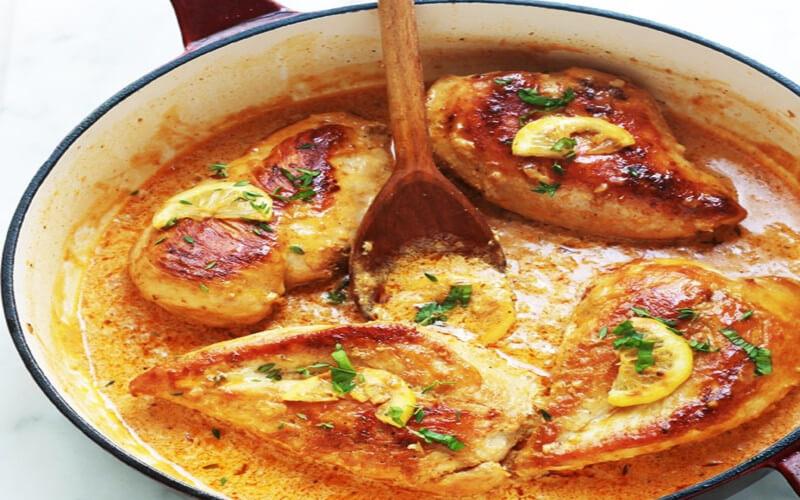 Poitrines de poulet sauce crémeuse à l'ail et citron