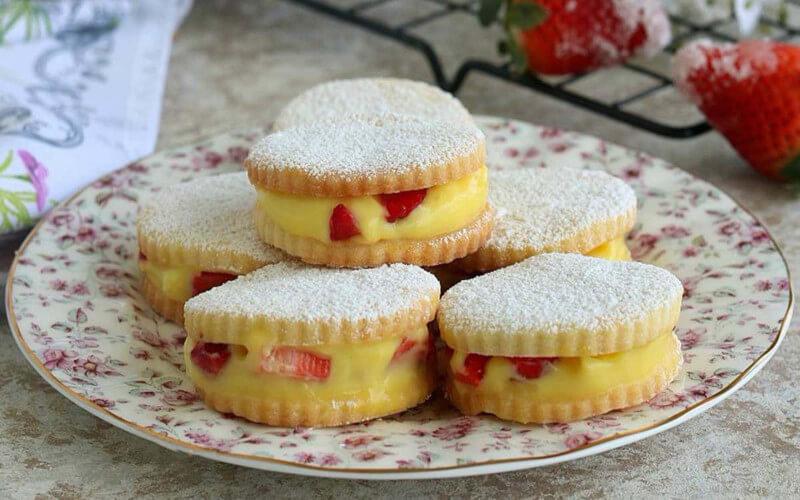 Biscuits aux fraises et à la crème pâtissière