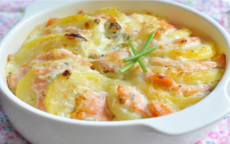 Pommes de terre au saumon fumé gratinées au four