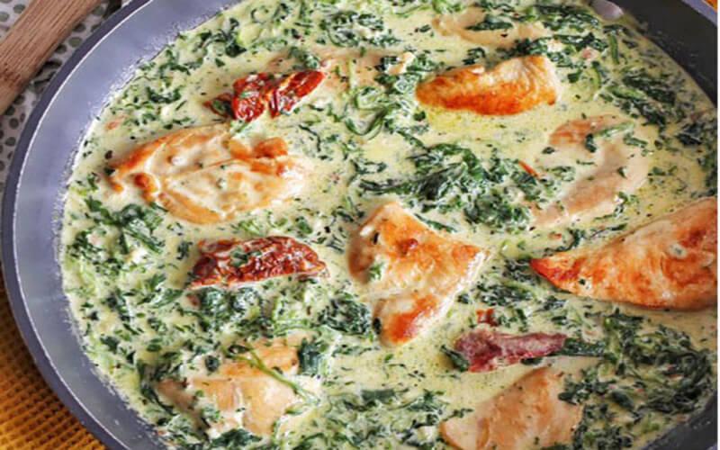 Poulet crémeux au parmesan, épinards et tomates séchées