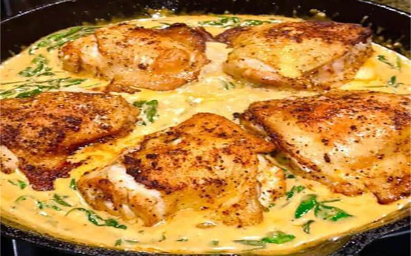 Poulet et épinards dans une sauce crémeuse au paprika