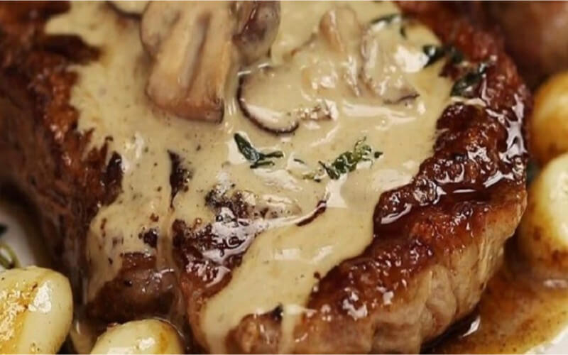 Bifteck poêlé au beurre à l'ail et à la sauce crémeuse aux champignons