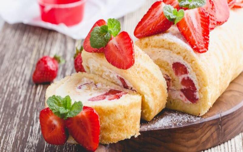 Gâteau roulé aux fraises et fromage blanc léger