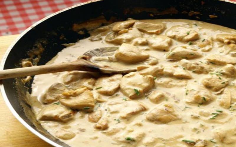 Poulet à la crème et aux champignons plat idéal