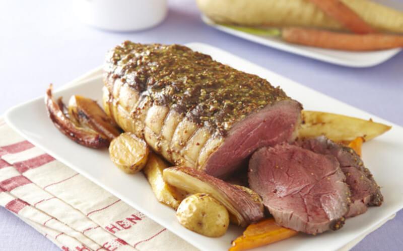 Rôti de boeuf à la moutarde, pommes de terre et carottes au four