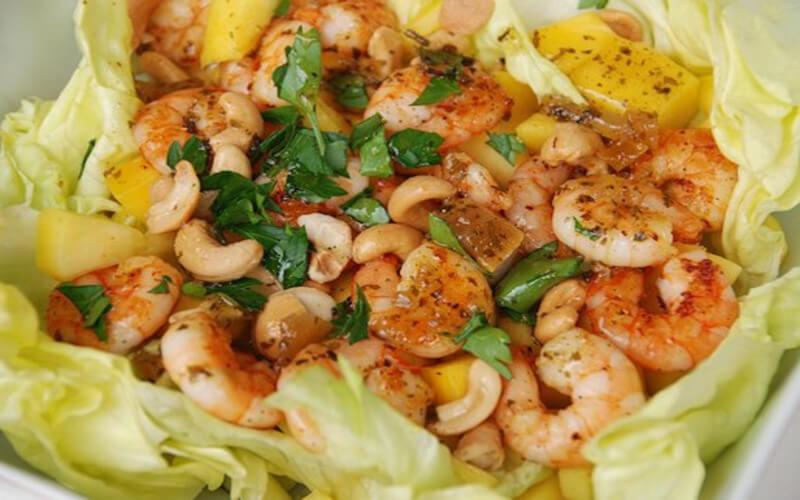 Salade aux crevettes et mangue facile à réaliser
