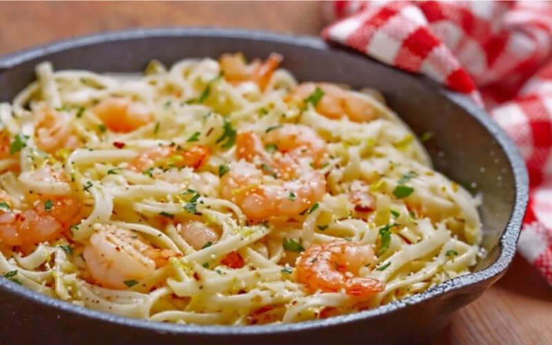 Spaghettis aux crevettes et à l'ail et au beurre