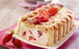 Charlotte légère aux fraises et framboises