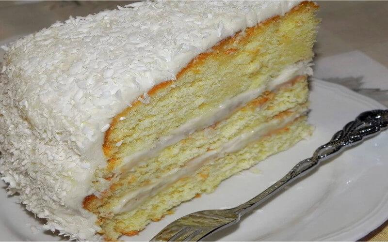 Gâteau à étages parfumé à la noix de coco et la crème fraîche