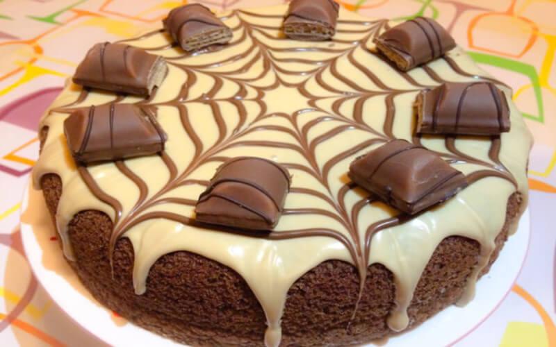 Gâteau aux Kinder Bueno riche et calorique