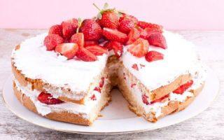 Gâteau glacé aux fraises très délicieux