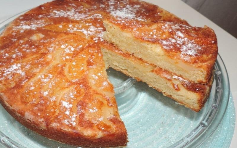 Gâteau au yaourt aux poires renversés et à la pomme râpée