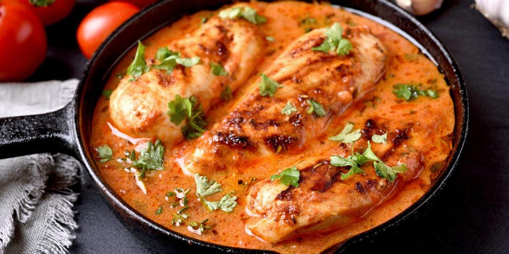 Poulet sauce crème et tomates plat familial et réconfortant