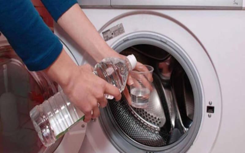 7 Bonnes Raisons de Mettre du Vinaigre Blanc Dans Sa Machine à CHAQUE Lavage