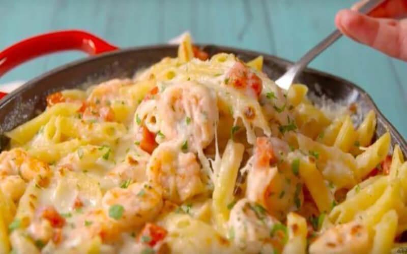 Casserole de crevettes à l'ail et à la sauce Alfredo
