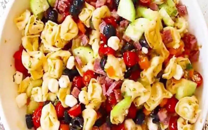 Cette de la salade italienne de tortellinis