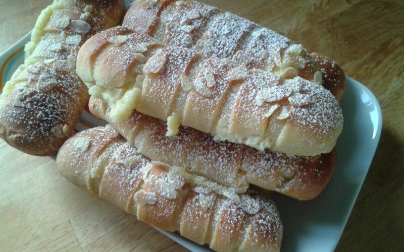 Petits pains briochés à la crème pâtissière, amandes