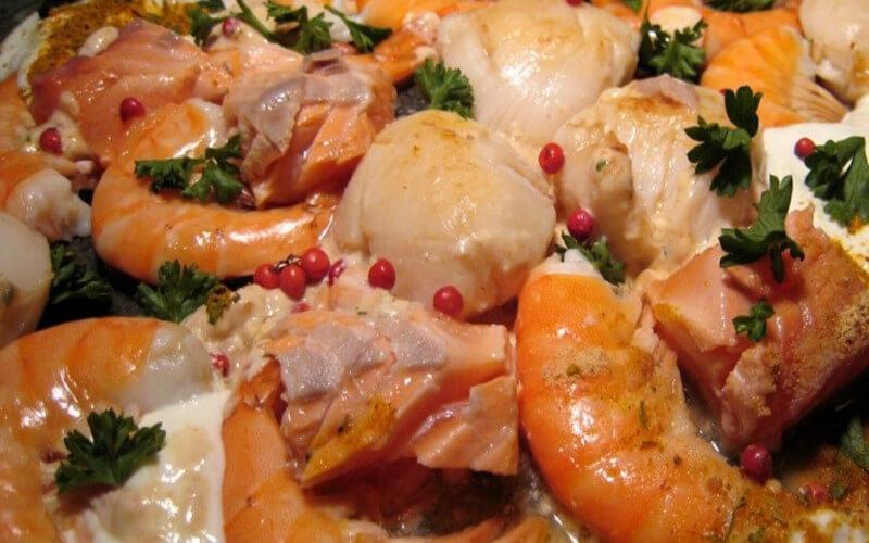 Poêlée de la mer Saint-Jacques, saumon et crevettes