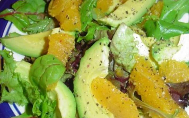 Salade à l'avocat dégonfle le ventre et fait perdre du poids