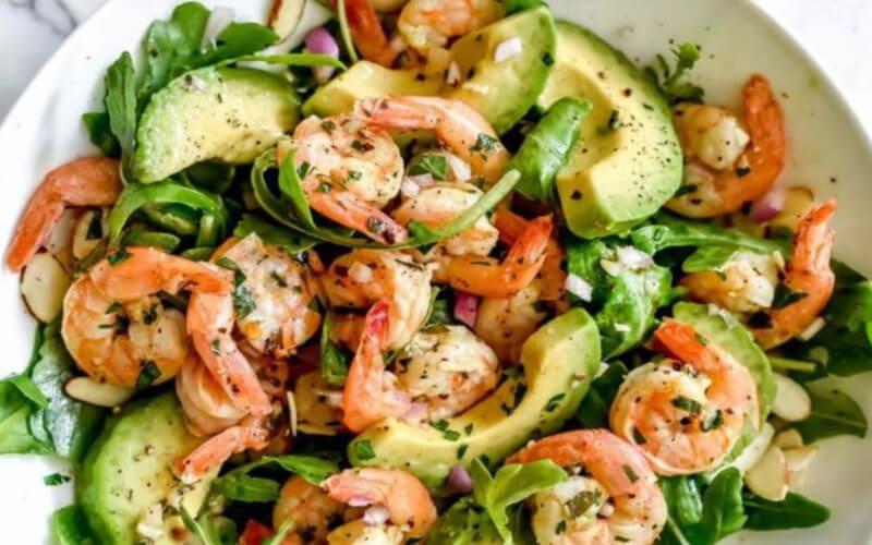 Salade de crevettes à l'avocat entrée santé