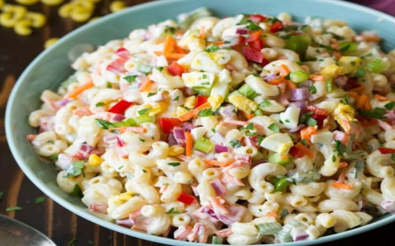 Salade de macaroni aux œufs à la coque