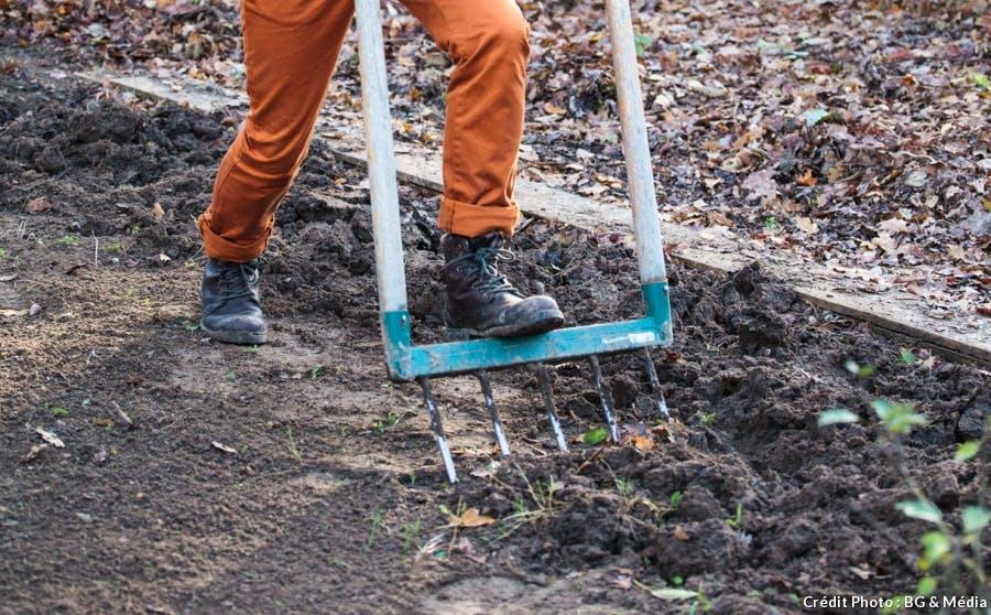Décompactez le sol en douceur
