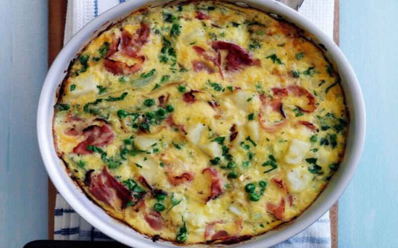 Omelette de pommes de terre, jambon et petits pois