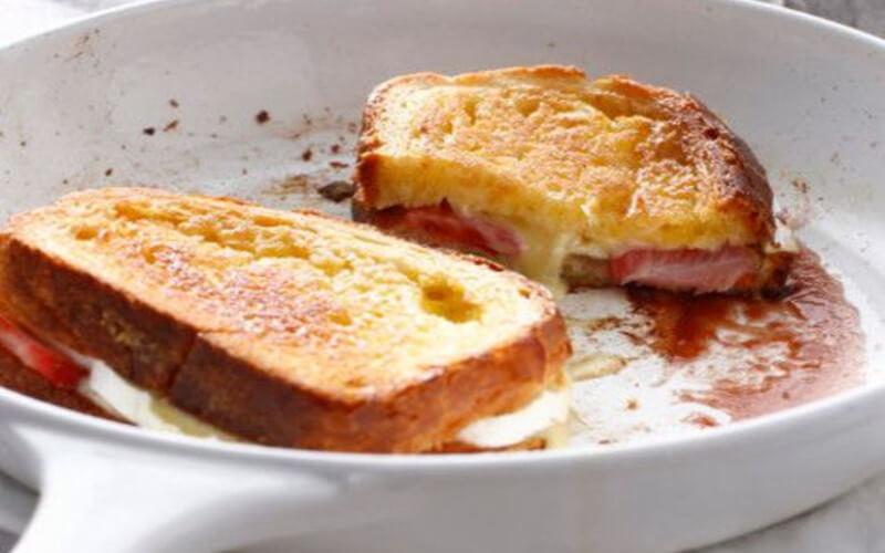 Pain perdu brioché au fromage et aux fraises