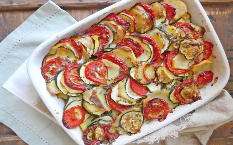 Gratin aux pommes de terre, tomates et courgettes