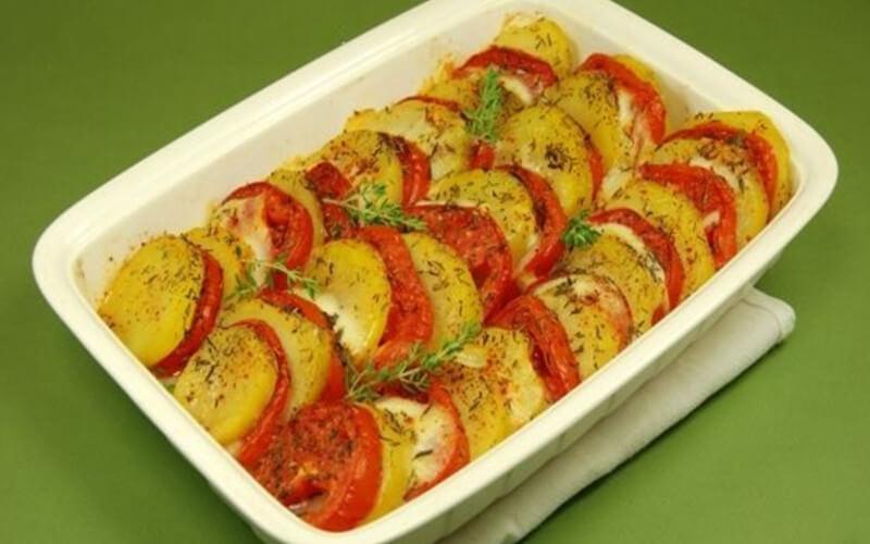 Gratin de tomates et pommes de terre à la mozzarella