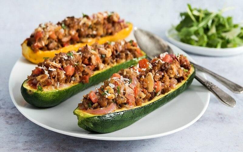 Courgettes farcies à la viande hachée et tomates