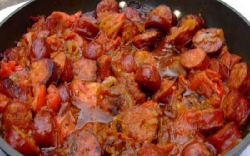 Le rougail saucisse spécialité créole