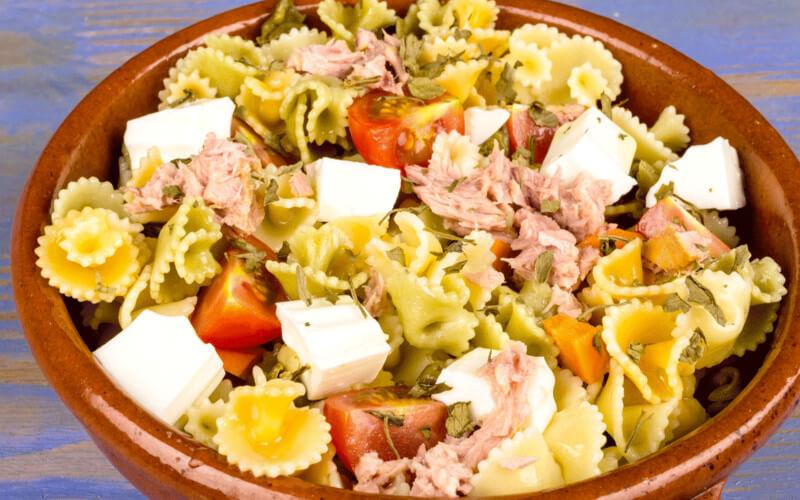 Salade de pâtes aux tomates, thon et feta