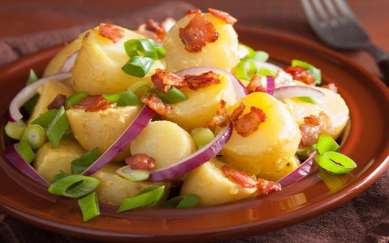 Salade de pommes de terre aux lardons et œufs