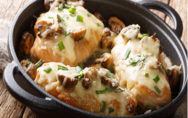 Escalopes de poulet à la sauce champignon et crème fraîche