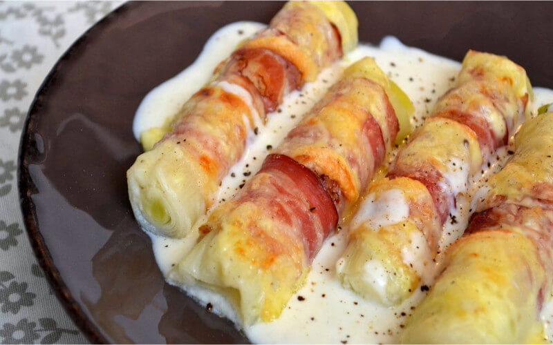 Poireaux gratinés au lard fumé et fromage à raclette