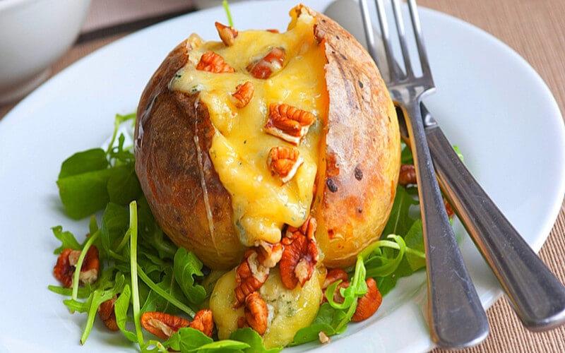 Pommes de terre farcies à la Fourme d'Ambert et aux noix