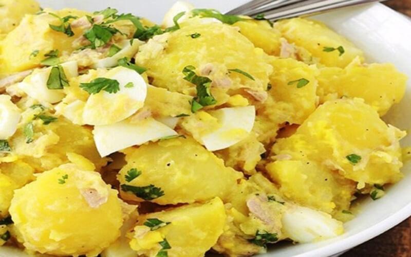 Salade de pommes de terre au thon et oeufs durs