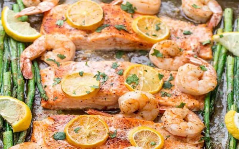 Saumon et crevettes aux asperges au four