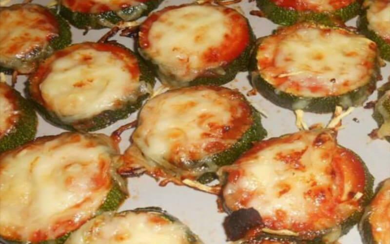 Toasts de courgettes façon pizza au gruyère râpé