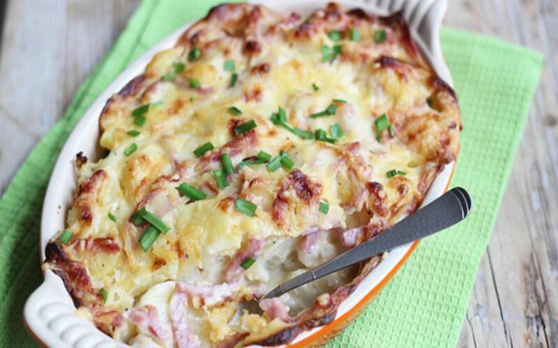 Gratin de chou-fleur, pommes de terre, fromage et jambon