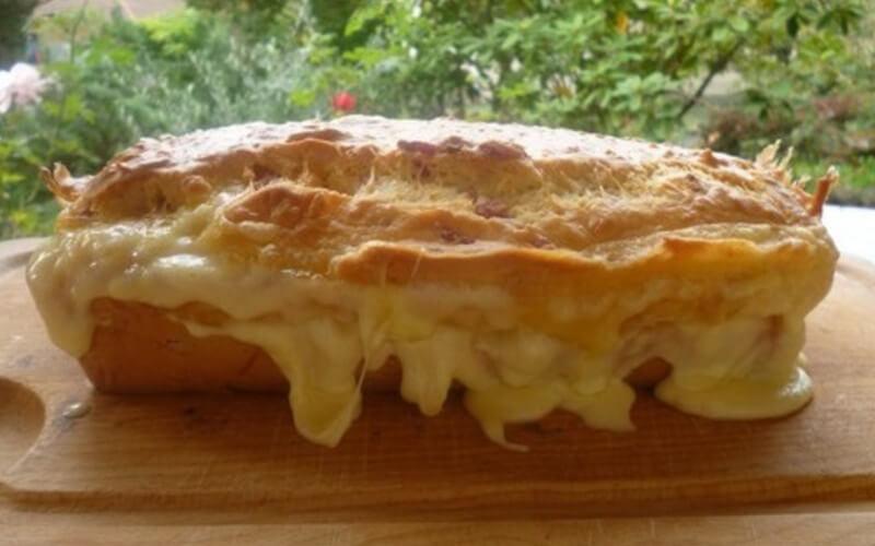 Cake aux lardons et reblochon au gruyère râpé