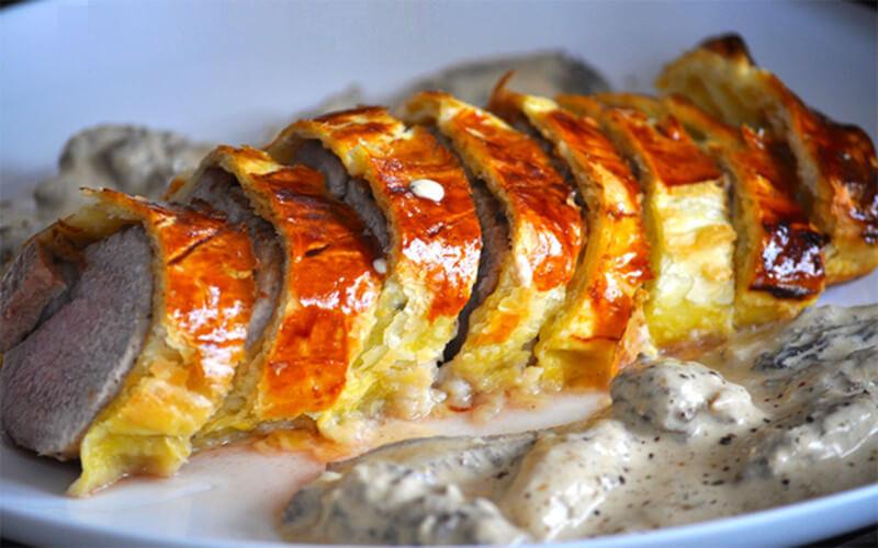 Filet mignon en croûte au foie gras sauce aux morilles