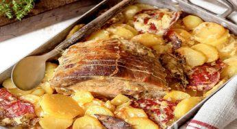Rôti de porc avec pommes de terre et saucisses