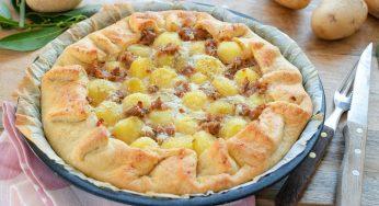 Tarte salée avec pommes de terre et saucisses