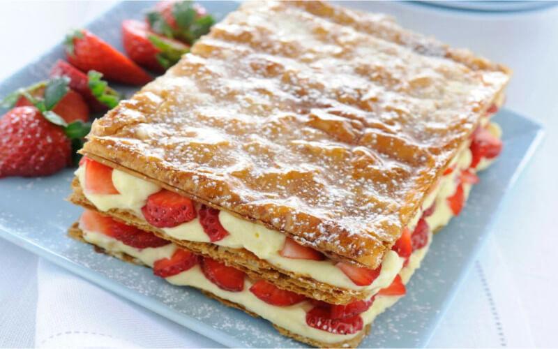 Gâteau millefeuille aux fraises et à la crème pâtissière